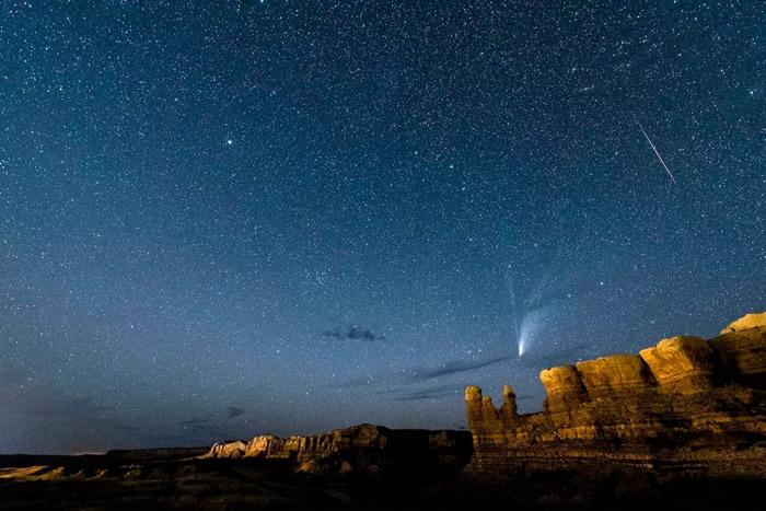Alpha Capricornids和Anthelion流星雨搭档Neowise彗星闪亮夜空