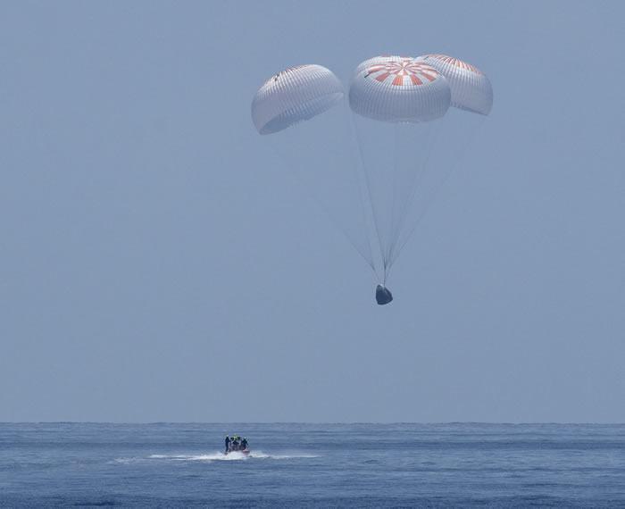 SpaceX和NASA完成历史性任务 龙飞船带着两名宇航员安全返回地球