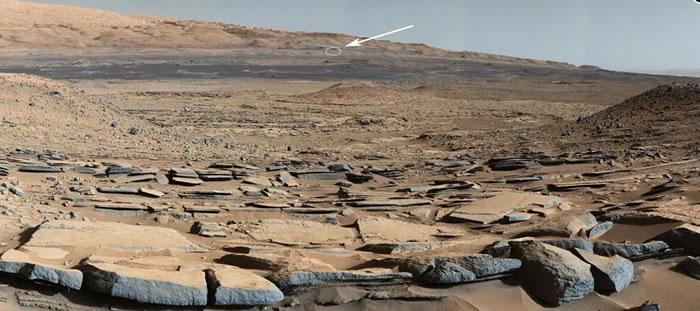 其中一张图片可以追溯到2014年,甚至展示了火星车当前位置的远景。