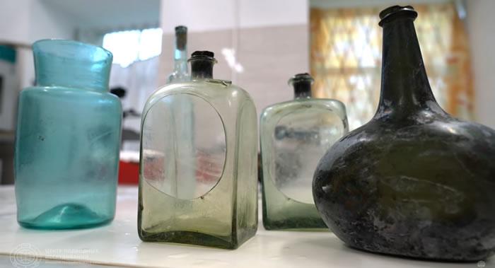 俄罗斯地理学会水下研究中心潜水员从芬兰湾底部打捞起十八世纪的玻璃酒瓶