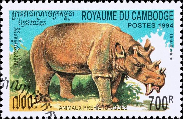 这张柬埔寨邮票上描绘着已灭绝的哺乳动物犹因他兽(Uintatherium),这种5600万年前的动物神似有着六根粗短的角与长长利齿的犀牛。 PHOTOGRAPH