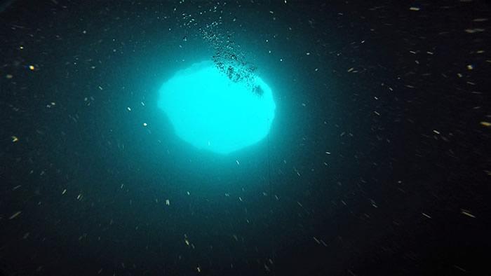 """研究人员正着手探索海洋最大的奥秘之一:被称为""""蓝洞""""的海底天坑"""