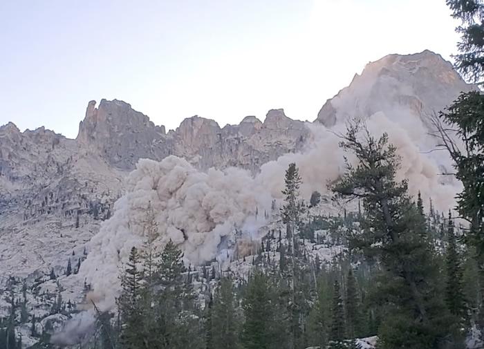 美国爱达荷州发生轻微地震 登山者拍下震撼一