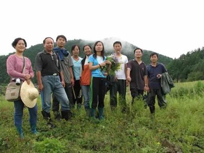 陈全家(左二)与学生们在吉林延边地区开展旧石器考古调查