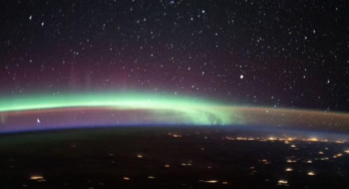 国际空间站宇航员拍摄到地球上空同时出现两种大气现象——北极光和大气层发光