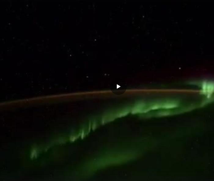 俄罗斯宇航员在国际空间站拍摄南极极光时拍到5个不明飞行物飞过