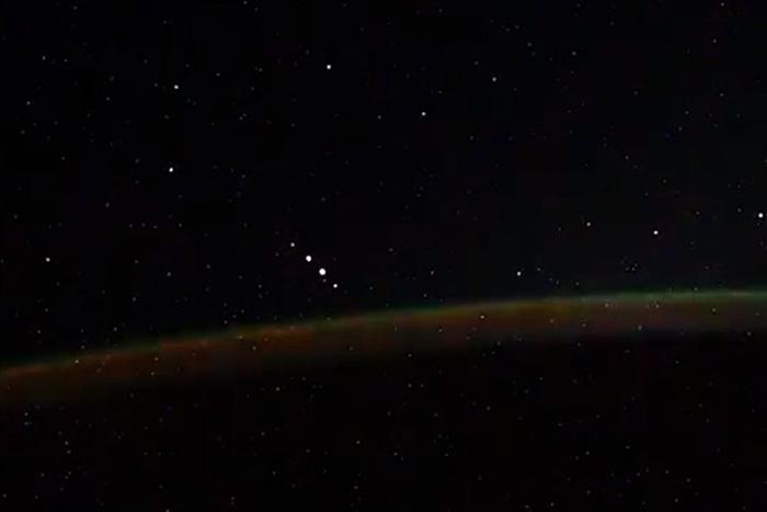 国际空间站俄罗斯宇航员在拍摄极光时意外发现不明飞行物UFO