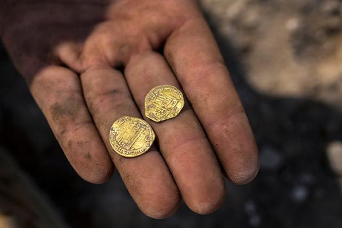 以色列中部城市亚夫内考古遗址挖出425枚伊斯兰帝国阿拔斯王朝24K金币