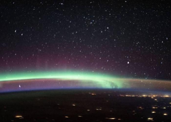 国际空间站宇航员拍到地球上空灯光、极光与气辉交织