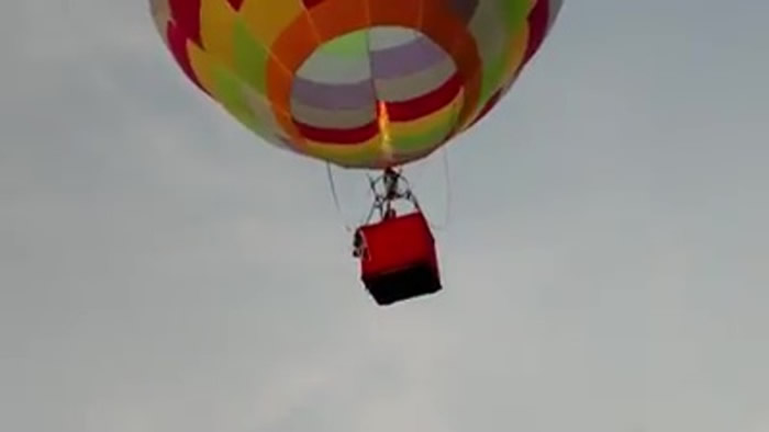 美国乔治亚州8岁男童JT Head独自驾乘热气球飞越索蒂谷刷新世界纪录