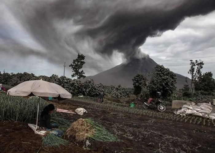 印尼北苏门答腊锡纳朋火山再爆发 火山灰喷上1000米高空