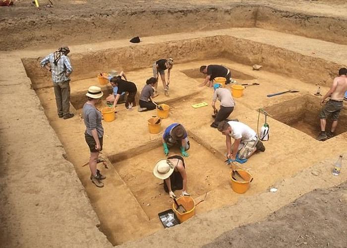 英国王家属地泽西岛莱斯瓦兰出土1.5万年前石块 是不列颠群岛最古老艺术品
