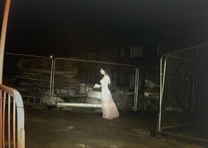 """英国伯明翰工地监控拍到穿着诡异的""""鬼新娘""""行走的恐怖画面"""