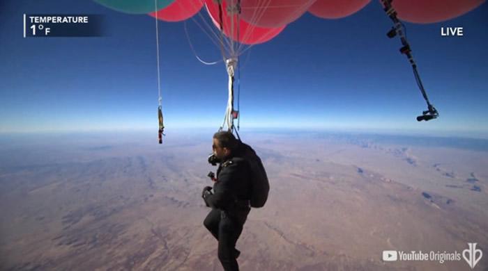 美国疯狂魔术师David Blaine手抓气球飘浮上2万4000英尺高空