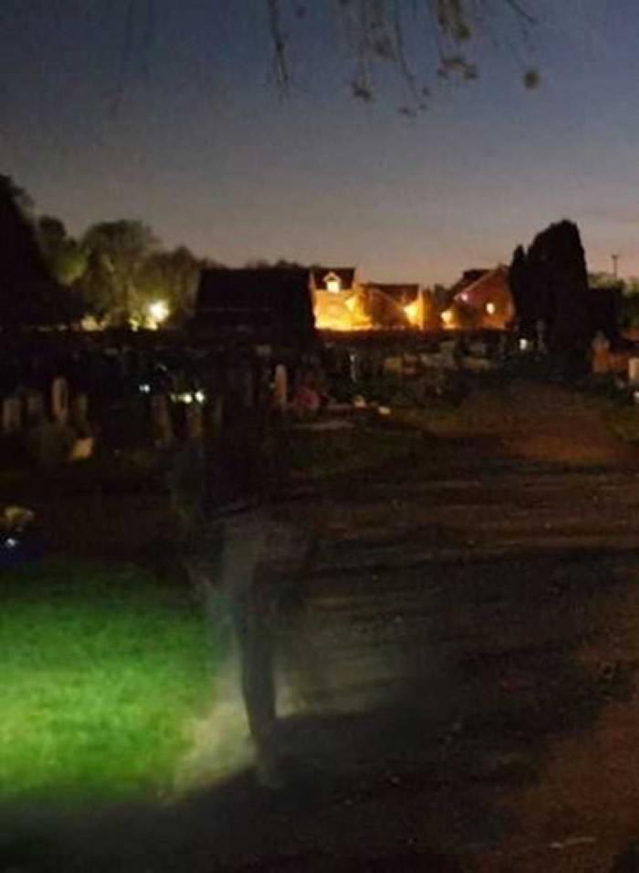 波兰夫妻深夜散步走进墓园 墓碑前祈祷后拍摄到一个人穿牛仔裤但只有下半身
