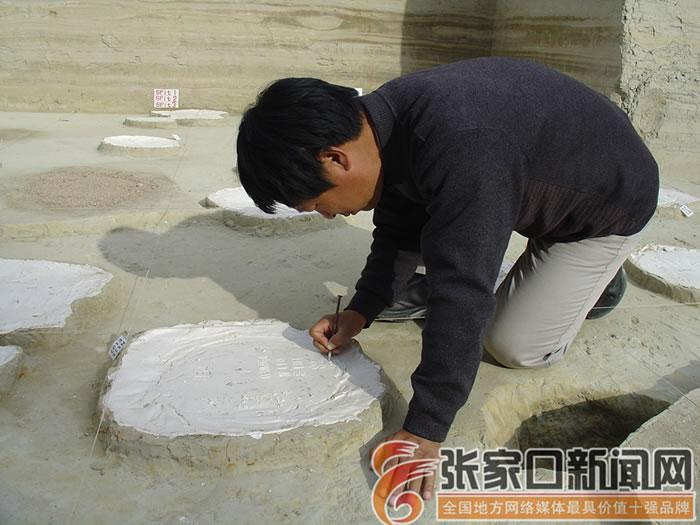 成胜泉在马圈沟遗址第二文化层动物足迹石膏内模上标注坐标