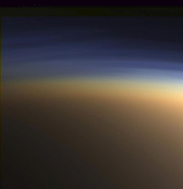 尽管土卫六与土星相比显得渺小,但它是太阳系最大的卫星之一,其直径2600公里,大约是月球直径的一半,但它与月球不同的是,拥有厚密、模糊的大气层。