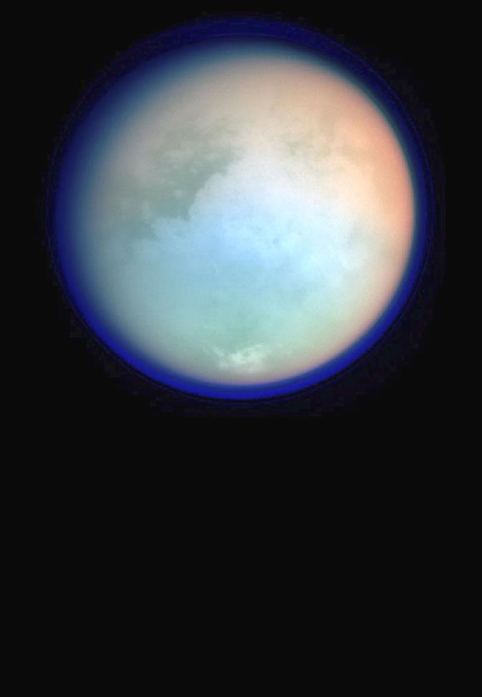 """土卫六厚密大气层(图中深蓝色部分)在土卫六表面上空延伸数百公里,该图是是""""卡西尼号""""探测器拍摄的伪色彩图像。"""