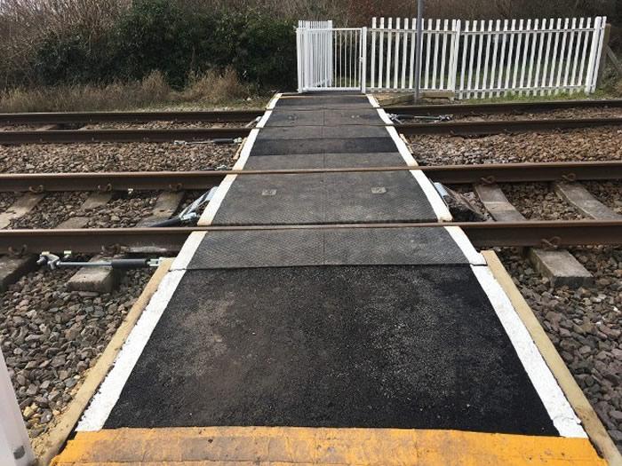 英国东约克郡男子戴耳机没注意到迎面而来的火车 忠犬提醒相救