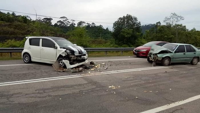 小轿车受损,2名驾驶也受伤送医。(图/翻摄自Info Roadblock JPJ/POLIS)