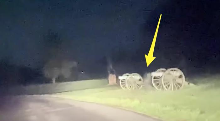 美国男子在宾夕凡尼亚州葛底斯堡之役战争遗址参观时 看见两道透明身影在前方飘过