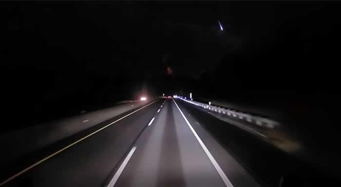 美国的行车记录仪拍摄到夜空中神秘闪光 可能是一颗火流星
