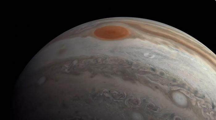 美国宇航局(NASA)发布朱诺号航天器以时速13万英里速度近距离飞掠木星视频