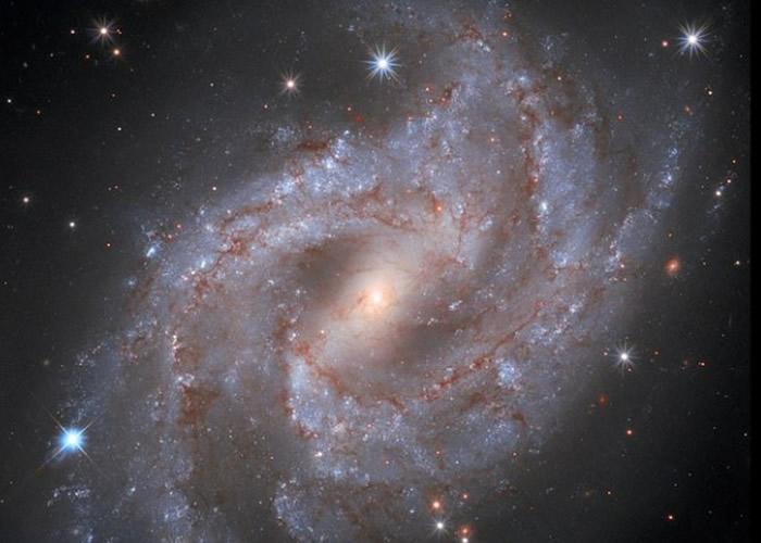 """船尾座NGC 2525螺旋星系超新星""""SN 2018gv""""缩时影像 比太阳耀眼50亿倍"""