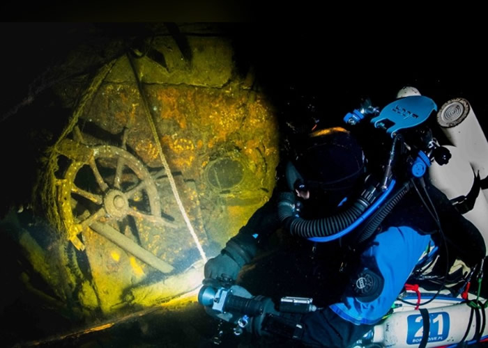 潜水员在卡尔斯鲁厄号巡洋舰内进行搜索。
