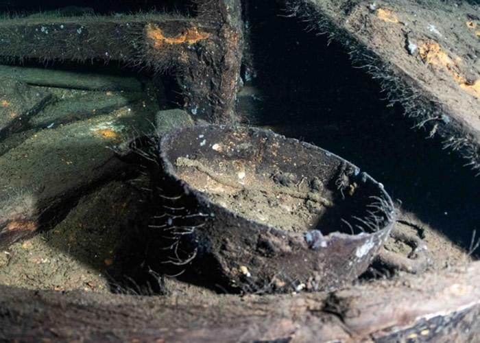 沉没的军舰内发现残留的瓷器。