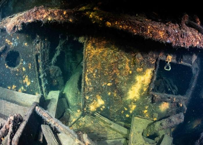沉船内藏有金色的不明物件,或有可能是琥珀宫的残骸。