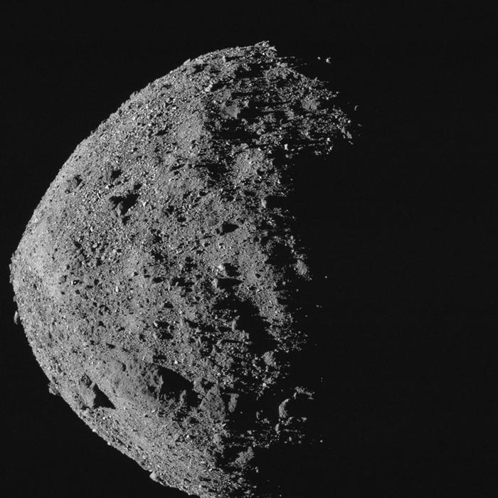 比帝国大厦更高也更宽的近地小行星贝努(Bennu),是未来150年内最有可能撞击地球的已知小行星。自2018年底,欧西里斯号探测器就绕行着这颗小行星进行详细调查