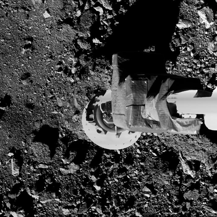 在一次测试中,欧西里斯号探测器的采样臂降落在靠近贝努表面之处。 「一触即走」的采样目标是钻探并收集至少数10克至2公斤的样本。 PHOTOGRAPH BY NA