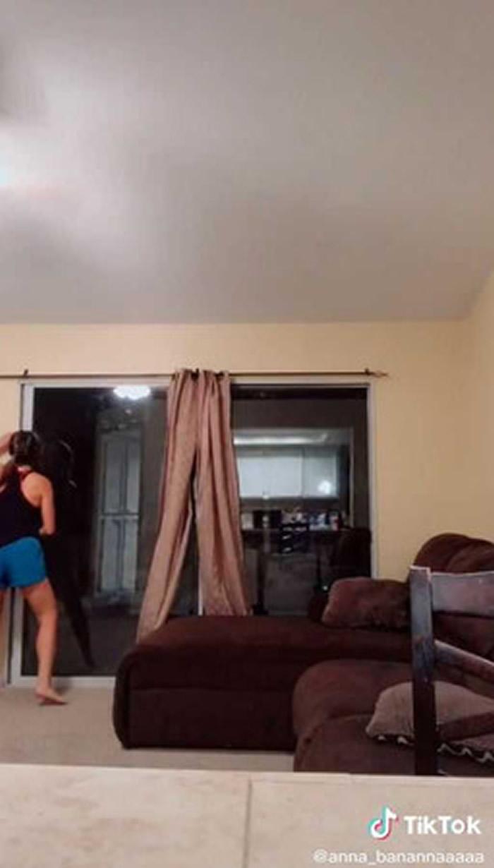 灵异:女网友在家中拍摄影片时突然发现身后落地窗的窗帘竟然诡异抖动