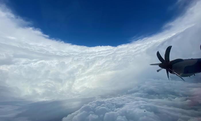 """美国空军后备部队""""飓风猎人""""飞机机组人员进入大西洋Epsilon飓风眼"""