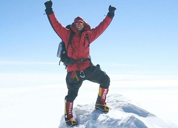 布尔在南极洲最高峰西德利火山上留影。