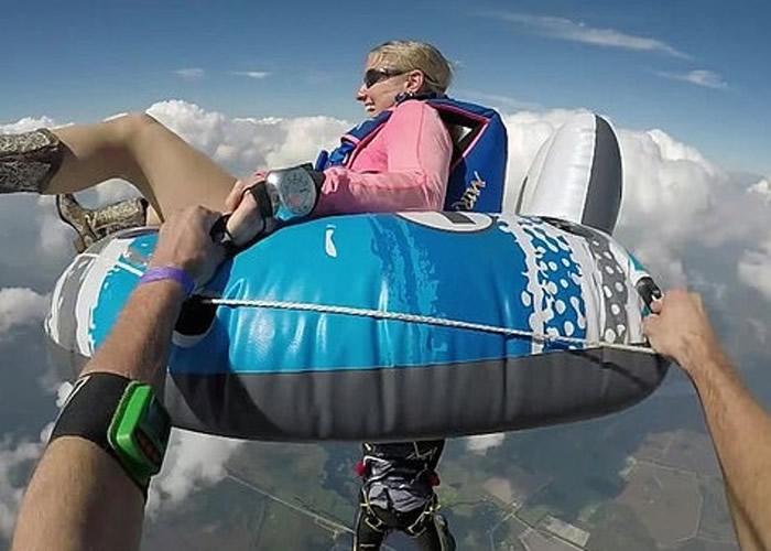 美国佛罗里达州女跳伞好手坐在充气水泡上与同伴从4000米高空的飞机一跃而下