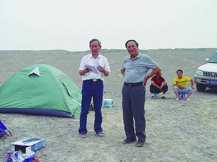 2007年,陈旭院士(右)、戎嘉余院士在新疆库鲁克塔格无人区开展含油气地层考察