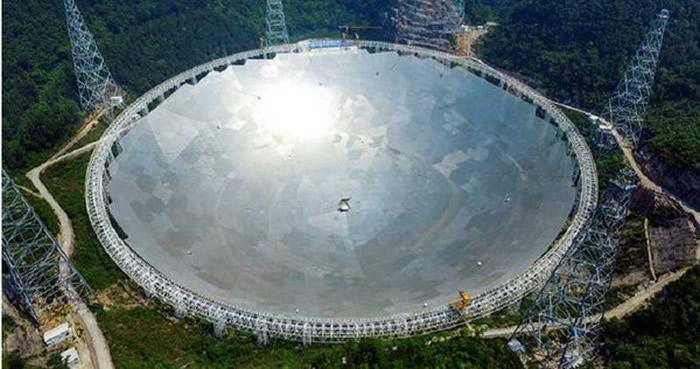 """""""中国天眼""""捕捉到距离地球约30亿光年的神秘信号"""