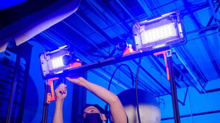 美国宇航局正为其VIPER探测器配备两盏泛光灯 用于在月球黑暗的地方寻找水