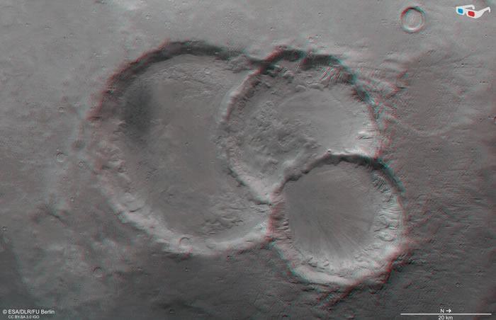 欧空局火星快车号航天器在火星表面发现三个罕见的重叠陨石坑