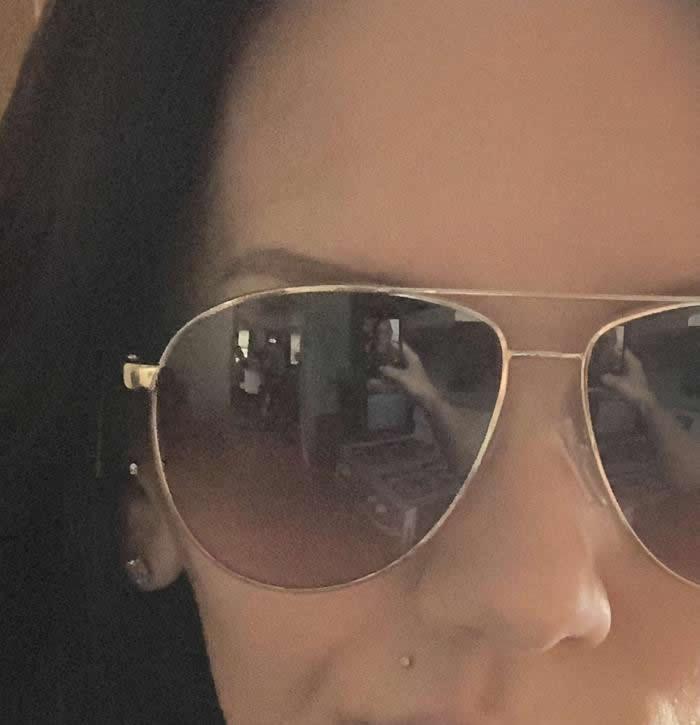 灵异:美国麻省女子在家中戴上太阳眼镜自拍时 镜面反映竟惊现2个诡异身影