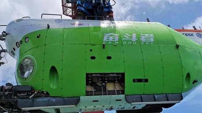 """中国载人潜水器""""奋斗者""""号在西太平洋马里亚纳海沟成功坐底10,909公尺"""