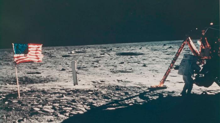 佳士得将拍卖唯一一张记录尼尔·阿姆斯特朗在月球行走的照片