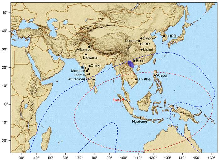 蓝色虚线和椭圆分别指示澳亚陨石散布区范围及推断的陨石坑位置;红色虚线和三角分别指示最早的多巴火山灰分布范围及火山口位置;黑色圆点代表东亚、东南亚和南亚地区发现的