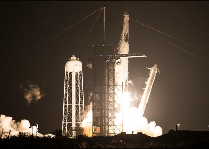 """SpaceX和NASA首度合作的商业载人太空任务 """"龙飞船""""载4名宇航员到国际空间站"""