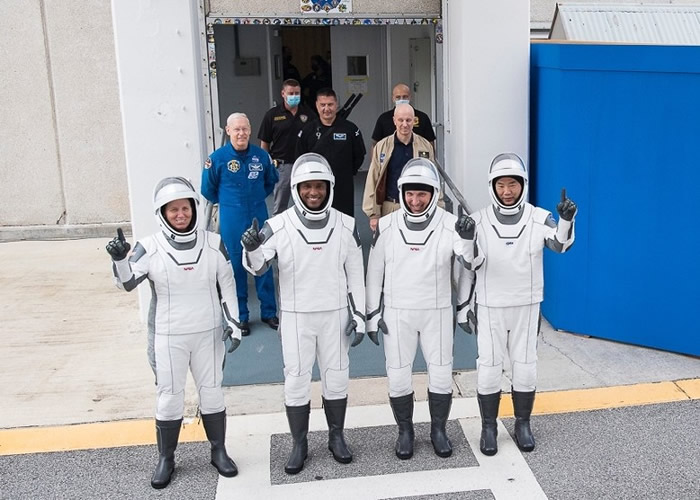 宇航员沃克(左一)、格洛弗(左二)、霍普金斯(右二)和野口聪一(右一)在起飞前合照。