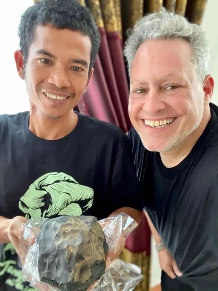 天降横财140万英镑!印尼制棺师在家中工作时45亿年历史陨石从天而降砸破屋顶