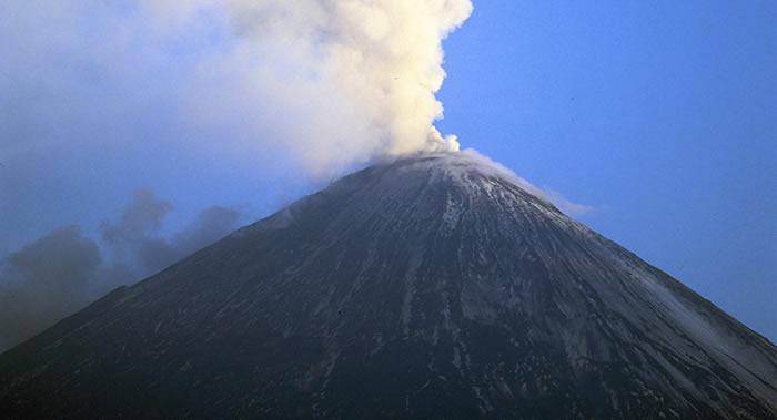 俄罗斯堪察加半岛正在爆发的克柳切夫火山抛出7500米高灰柱
