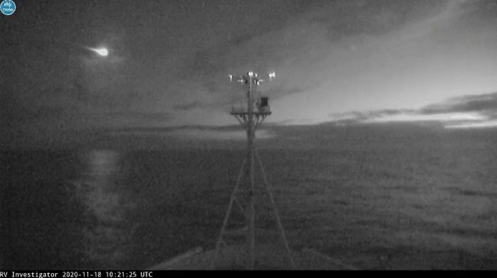 澳大利亚科学家团队在南大洋海域捕捉到巨大火流星划破夜空的场景